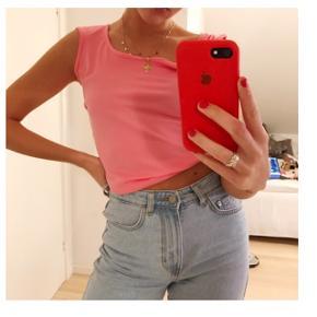 Lækker top fra H&m i neon pink 🦄  Aldrig brugt. Farven er mere som på sidste billede