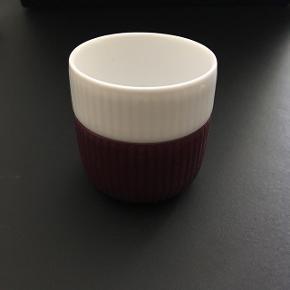 Jeg sælger denne lille kop fra Royal Copenhagen, i farven blomme. Aldrig brugt❗️  • Jeg sender med DAO - køber betaler • Jeg tager imod MobilePay • Kan hentes i Aarhus C