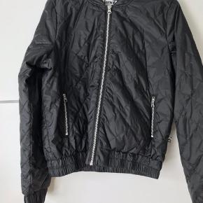 Jeg har denne her jakke, som jeg aldrig får brugt! Den er aldrig blevet brugt og fremstår derfor som helt ny. Nyprisen var 899kr  Så vil gerne så tæt på nyprisen som muligt, men modtager også gerne bud!🙂