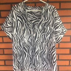 Sort oversize skjorte str 46 Overvidde 73x2 cm og længde 72 cm Kr 65 Jeg har tabt mig 28 kg og sælger alt mit ferie og sommertøj