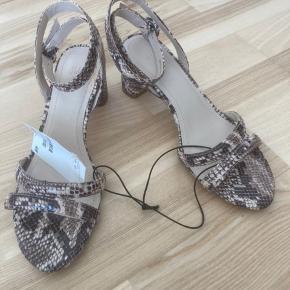 Sandaler fra H&M med slangeprint i str 37.  Aldrig brugt :-)