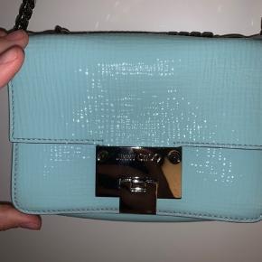 Sælger denne smukke ice blue Jimmy Choo taske hvis rette bud opnås. Tasken er i super flot stand og de eneste brugsspor er ved lukkemekanismen. Dustbag medfølger. Byd endelig :)