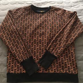 Lækker unisex sweatshirt fra Asger Juel Larsen. Brugt og vasket én gang.  Kan afhentes på Østerbro eller sendes med DAO🍀