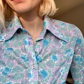 Vintage skjorte i flot skinnende stof. Virkelig fin! Passes af small eller xsmall :)