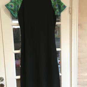 Rigtig skøn kjole fra Michelle Bay, der findes kun den ene model. Passer en str. L. Super behagelig, at have på.