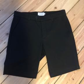 Sorte shorts fra Les Deux, brugt få gange men fremstår som nye.