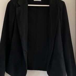 Sælger tre blazere fra Neo noir. En mørk grå -til 250. En lysgrå - til 250 kr. En sort ruskind - 250 kr.