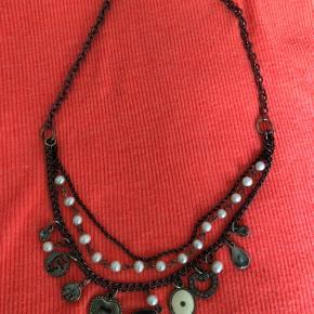 Kort halskæde med faste vedhæng