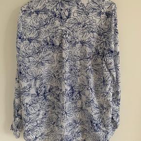 Hvid og blå mønsteret skjorte fra H&M. En af deres basic-varer. Brugt få gange.