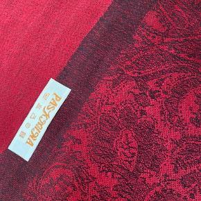 Super smukt pashmina. Stadig i emballage. Ca. 70x190cm. Rosa med lime paisley mønster. 70% pashmina, 30% silke. Har også et i turkis/guld (beige). Og helt rosa m paisley mønster