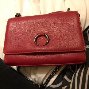 Markberg taske i en flot, frisk rød farve. Fejler intet, får bare ikke længere brugt den. Jeg er åben for bud!:)