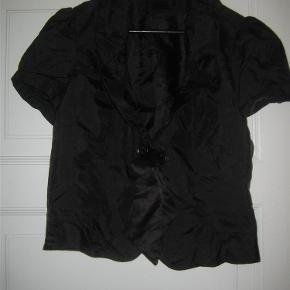 """Varetype: Smart lille jakke Farve: sort Oprindelig købspris: 500 kr.  Super fin og smart lille """"jakke"""". Brugt og vasket 1 gang. Mindstepris 100 +"""