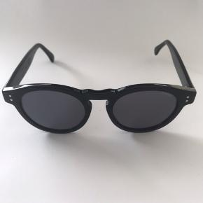 Sort herre solbrille fra Komono. Model The Clement 50-19-148. Glas i flot stand. Ridser på brillestænger. (se foto).