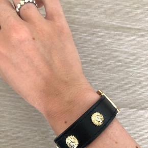 Super lækkert Versace armbånd sælges, da jeg ikke får det brugt - der medfølger desværre intet, men jeg står inde for at det er ægte  Kom gerne med et bud  Kan afhentes i Brønshøj eller sendes på købers regning 😊