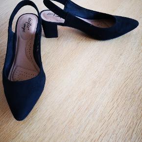 Dexflex comfort pumps i sort ruskinds look. De er en str. 38,5.  Skoen er kun brugt en enkelt dag, da jeg må erkende at de er et nummer for lille. Skoen er med blokhæl og en god støttende sål, som gør dem behalige at have på.