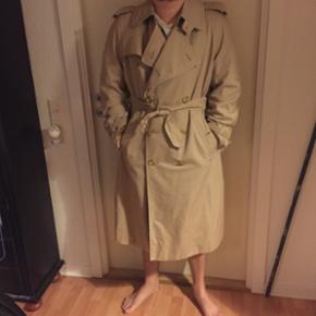 Trenchcoat fra Burberry.  Vintage, men i god stand. Unisex. Min kæreste er en str L og er 180 cm høj. Den er for stor til mig jeg er en str 44-46 og er 171 cm høj.  Den kan bruges af flere størrelser, det vigtigste er at man er høj 😊