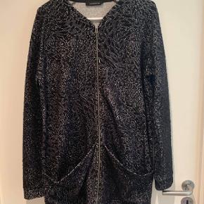 Fin jakke / cardigan fra Moström. Sælger fordi jeg ikke får den brugt. Med broderet mønster og lynlås. Lidt stor i størrelsen.