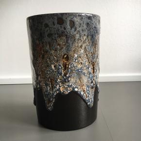 West Germany vase med superflot glasur. Den er antik, men har aldrig fået brugt den.  Købt for 200kr i en antik butik. Afhentes i KBH.  Byd gerne og tjek mine andre annoncer for mængderabat