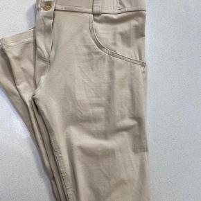 Smukke beige Freddy bukser i str M!  Los waist og alm længde  Kun brugt 2 gange og derfor næsten som nye.
