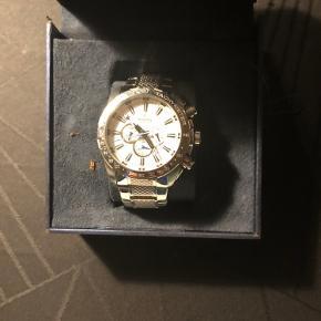 Sælger dette flotte herretur fra det anderkendte ur mærker festina, sælger uret fordi det aldrig bliver brugt, uret er knap 1 år gammelt men stort set ikke brugt det står som nyt
