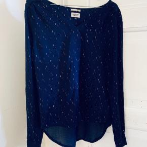 Mørkeblå skjorte, let og lækker. Kan spændes op med en knap i ærmerne