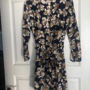 Den sødeste blomstrede kjole med en slags fast slå om detalje og bi denims Der er ikke vaskemærke i men tror den er str S