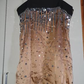 Smuk silke kjole med for og lommer. Helt ny med mærke, er en smule krøllet da den har ligget i skabet. Farven er lys brun/rosa eller deromkring.