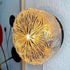 Smuk væglampe/loftlampe med dra°beformet mønster, som giver et fantastisk flot lysspil. Lampen er perfekt som en del af en billedevæg. Dia 21 cm Med ny ledning.   220,-  Se alle mine annoncer ved at klikke dig ind på min profil.    Retro Vintage Møbler Loppemarked glaslampe  væglampe  loftlampe  lampe  glaslamper  vintagelampe  retrolampe  glasvæglampe  plafond  belysning  billedevæg  vintagebelysning