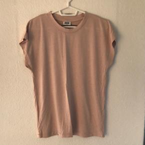 T-shirt fra weekday Str S  Fremstår i god stand