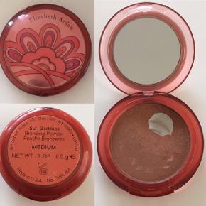 Elizabeth Arden - Limited edition  Sun Goddess Bronzing Powder  inkl. kabuki børste Farve: Medium Med let shimmer effekt der giver et flot sunkissed look ✨✨ Nypris 360,- Mp 75,-