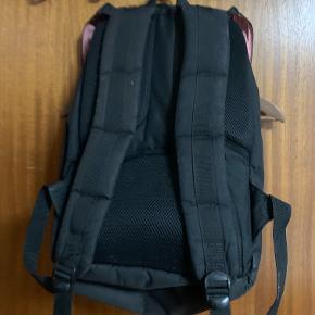Brugt Herschel taske, primært brugt til at transportere computer til og fra arbejde i ny og næ