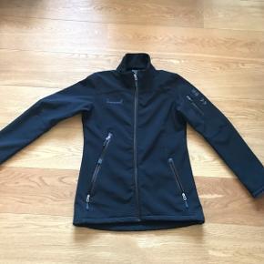 KbLækker hummel jakke med let foer. Med let figur og kan strammes ind ved ærmerne.  Størrelse medium
