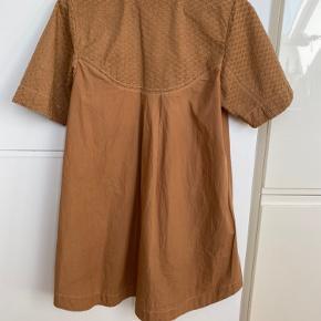 Rigtig fin lidt oversized kjole i 100% bomuld.  Er selv en str xs så derfor jeg har sat den til str m, da jeg ikke kender den egentlige størrelse