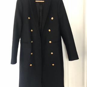 Sprit ny frakke - elegant med guld knapper og rød detalje i nakken 👌🏻🤩