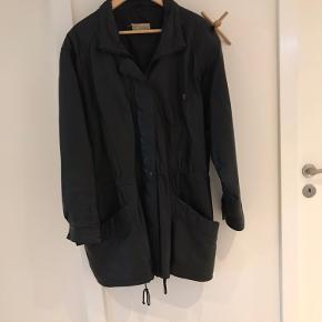 """Læder frakke fra mærket """"on the rocks"""" Størrelsen er klippet ud men vil gætte på L-xl  Frakken har fine detaljer via syninger  Du er velkommen til at komme med et bud"""
