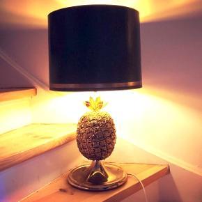 Messing ananaslampe fra 60-70'erne. Originalskærm medfølger. I fantastisk flot stand og uden fejl.   Forsendelsen koster 100kr incl forsvarlig indpakning