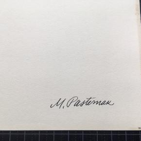 """Litografi af Mikael Pasternak  Størrelse: 40x30 cm.   Signeret i trykket: M. Pasternak  Sender gerne...👀  Biografi: Født 1905 i Riga. Død 1967 i Virum. (Begravet på Sorgenfri Kirkegård)   Faderen havde forretning i Riga  og var eksportør af træ til Europa.   Omkring 1920 kom Mikael Pasternak i en meget ung alder på Kunstakademiet i Riga, hvor han uddannede sig til kunstmaler og tegner. På en studietur til Paris ca. 1925, mødte han den unge, danske pige, Anne Margrethe Petersen fra Roskilde. De giftede sig i 1927. Parret boede i Riga, hvor Pasternak ernærede sig som tegner ved ugeblade og aviser. I 1934 tog fru Pasternak og en søn, som var blevet født, til Danmark, og året efter fulgte Mikael Pasternak efter. Da Pasternak kom til Danmark, begyndte han at tegne ved Politikens søndagstillæg """"Magasinet"""", der havde sin glansperiode fra 1922-1963. Magasinet var meget populært pga. tegnere som Aage Sikker Hansen, Arne Ungermann, Ib Andersen og Mikael Pasternak. I starten dekorerede han også butiksvinduer. Under krigen boede familien i Hulby ved Slagelse, og han var fast tegner ved Sorø Amtstidende. Senere flyttede familien til København, og Pasternak blev freelance-tegner. Bl.a. var han fast tegner på Svikmøllen fra 1946-1954 – og gennem mange år leverede han illustrationer til Illustreret Familie Journal. Kilde: piaper.dk"""