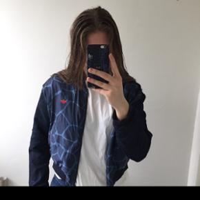 Adidas bomber jakke str. 40, men passes af S/M Ny pris: 800kr.