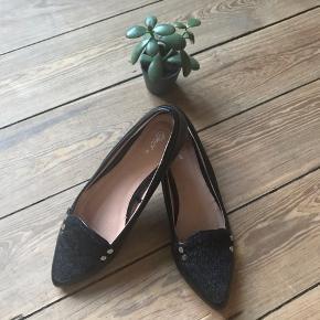 🙏🏼 ALT SKAL VÆK - SÆLGER BILLIGT 🙏🏼  👗 Flot sort ballerina sko med fine detaljer 👠 Units  👚 Str. 40 👑 De har kun været brugt én gang i kort tid, så standen er næsten som ny   🔥Se også mine mange andre annoncer og følg mig gerne - der kommer løbende nyt🔥