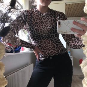 Mega fin festtop der er pæn under en tshirt eller bare som den er. Fint leopardprint.