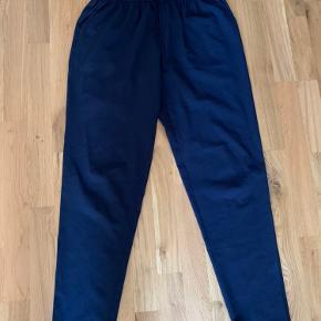 Helt basic bukser i navy blå fra Envii med snøre og elastik i livet. Meget behagelige bukser.