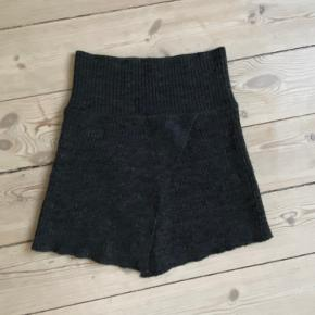 Sælger mørkegrå uld nederdel fra Isabel Marant. Passer str 34-36