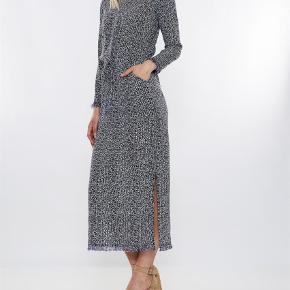Varetype: Maxi Farve: Blå Oprindelig købspris: 3999 kr.  Overvejer at sælge min smukke Heartmade kjole hvis rette bud opnås. Brugt få gange. Købt sommer 2017. Mp 2200 pp eller afhentet på Nørrebro.