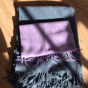To lækre uld-tørklæder i fine farver💙💜  Det blå er fra Becksøndergaard og forholdsvis stort, det er brugt to vintre, det fremstår derfor ikke fuldstændigt nyt, men det er stadig velholdt! Pris: 200kr  Det lilla er aldrig blevet brugt, kun prøvet på:) Pris: 300kr Køb begge for 400kr eller BYD!
