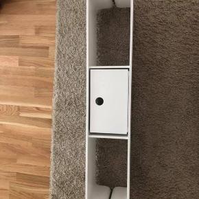 Hylde fra Ide møbler. Hængt på en væg i nogle år, men ser ud som ny.  Ny pris er 1200 kr.  Kassen medfølger, men man kan bruge den eller lade vær, men den er købt sammen med hylden.  Mål: Længde: 110 cm Højde: 21 cm Dybde: 20 cm