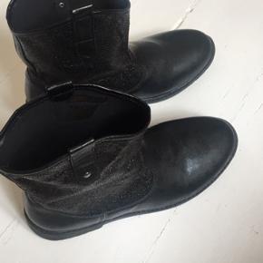 Fin halv støvle med glitter i. Der er et enkelt lille hul i øverst af støvlen derfor den gode pris. Ellers er den som ny.