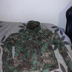 Sælger min moncler jakke da den ikke er mig alligevel. Fitter 180-190 Jakken kan foldes ind til en taske. Rare cw  BYD BYD BYD