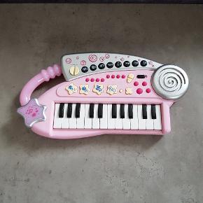 Music time keyboard. Den er i fin stand, og virker. Den er fra røg og dyre fri hjem. Helst gerne kontant, da det er til min datters sparegris. Den kan afhentes i 6700, eller sendes hvis porto bliver betalt.