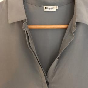 Flot skjorte i silke. Farven er grå/lyseblå