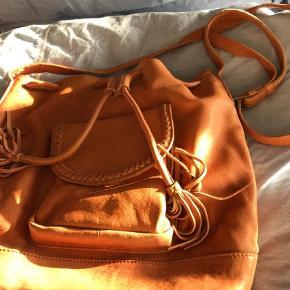 Varetype: skindtaske Størrelse: 36x33 cm Farve: brun-lys Oprindelig købspris: 800 kr.  super lækker taske, fremstår som ny. lækkert blødt skind  BYTTER IKKE